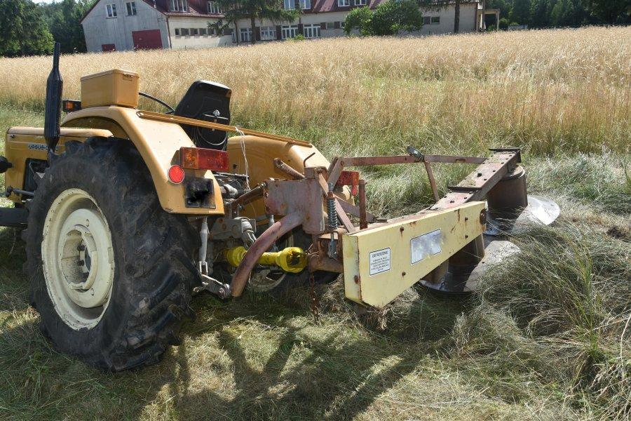 AKTUALIZACJA. Zdarzenie z udziałem ciągnika rolniczego w Leszczach. Po mężczyznę leci śmigłowiec [ZDJĘCIA] - Zdjęcie główne