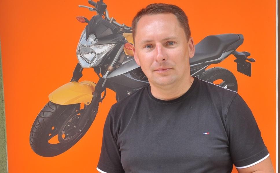 Nowa szkoła jazdy w Kolbuszowej. Rozmowa z instruktorem Adamem Warzochą  - Zdjęcie główne