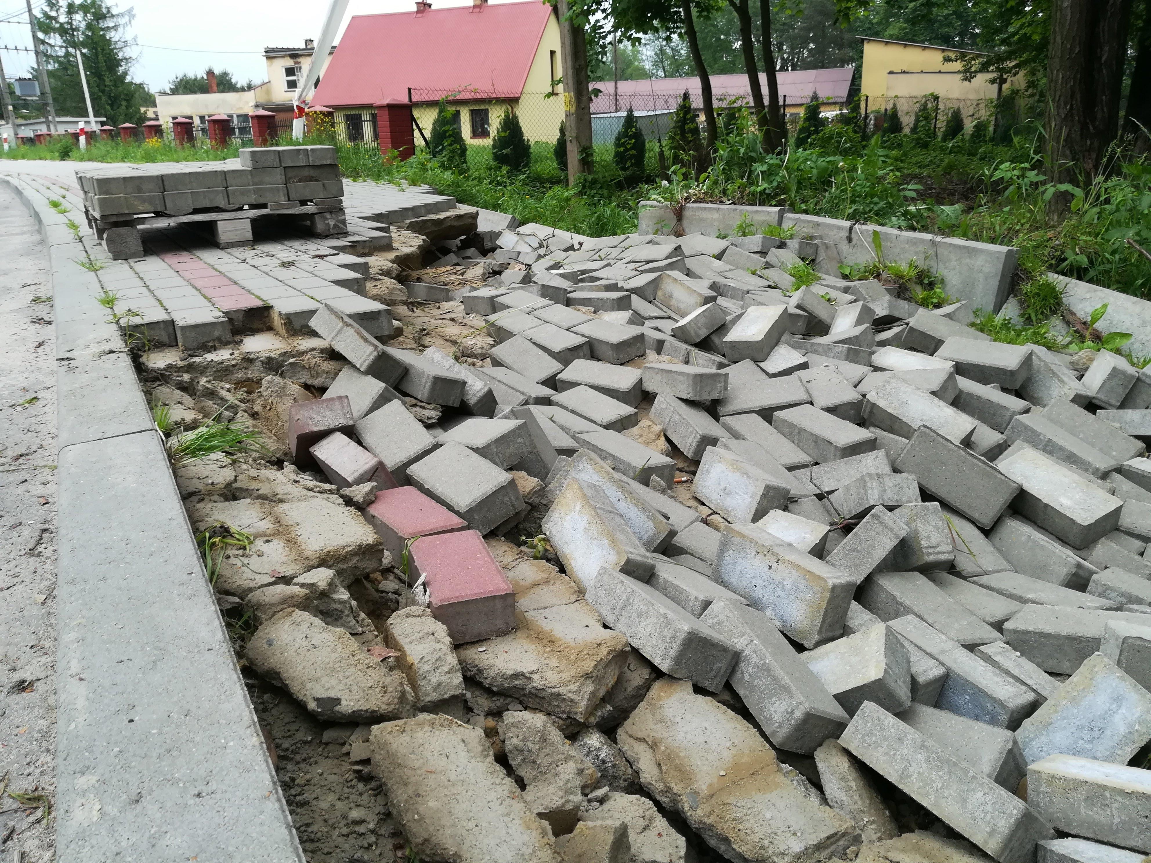 Uszkodzony chodnik przy ul. Wolskiej w Kolbuszowej |ZDJĘCIA| - Zdjęcie główne