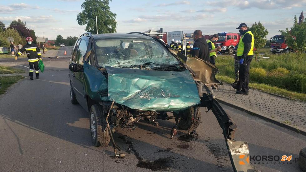 Z PODKARPACIA. Trzy pojazdy zderzyły się ze sobą. Dwie osoby ranne [FOTO] - Zdjęcie główne