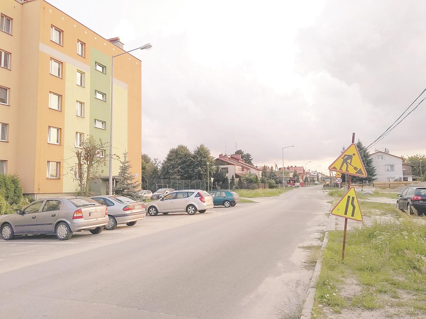Kolbuszowa. Ulica Partyzantów - trwają prace zwiazane z budową kanalizacji. Czy powstanie tam ścieżka rowerowa? - Zdjęcie główne