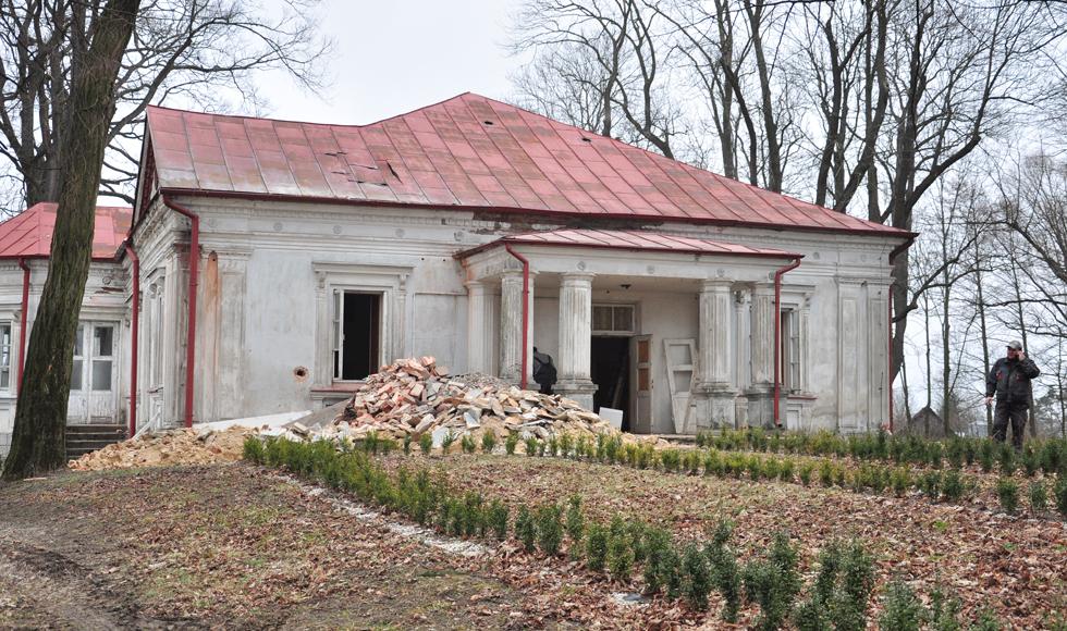 Trwa remont dworku Błotnickich w Dzikowcu. Inwestycja pochłonie prawie 4 miliony złotych  - Zdjęcie główne