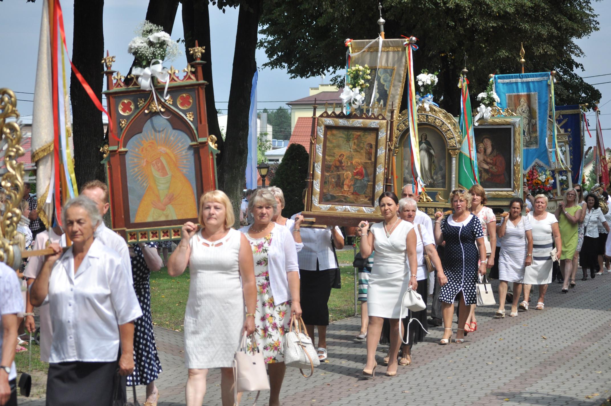 Gmina Cmolas. Odbyły się, jedne z największych w powiecie uroczystości odpustowe w parafii Cmolas. Na huczne obchody przybyli liczni wierni, oraz pielgrzymi. [GALERIA ZDJĘĆ] - Zdjęcie główne