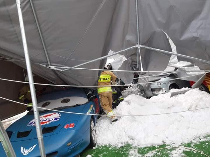 Podkarpacie: Zadaszenie przez śnieg runęło na samochody - Zdjęcie główne