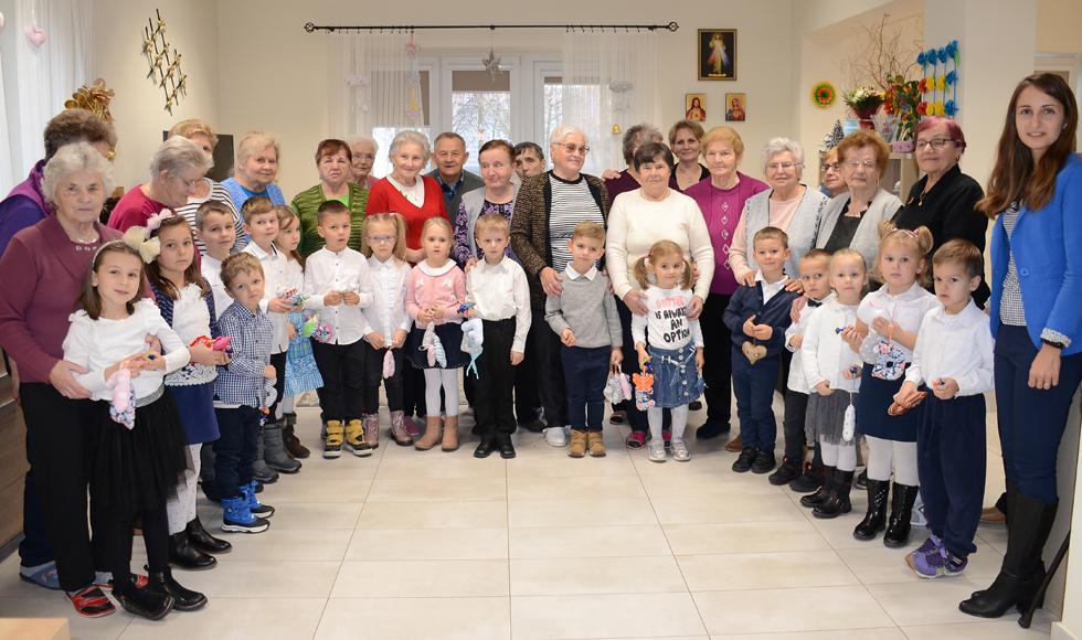 Seniorzy z Domu św. Brata Alberta w Kolbuszowej świętowali. Odwiedziły ich też dzieci |ZDJĘCIA| - Zdjęcie główne