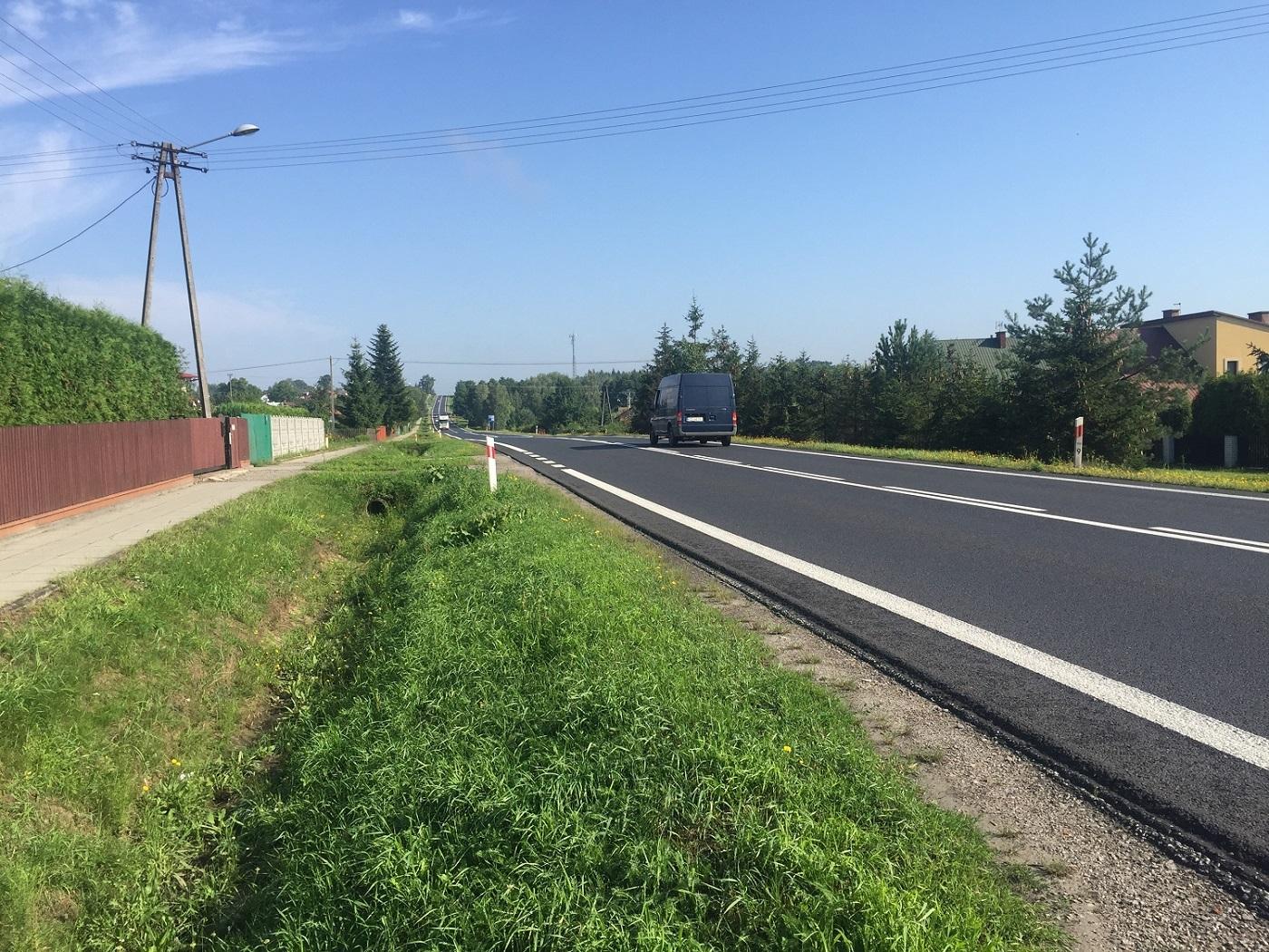 Gmina Cmolas. Przy drodze krajowej nr 9, jednej z najbardziej ruchliwych dróg jaką ma powiat kolbuszowski, ma powstać chodnik. - Zdjęcie główne