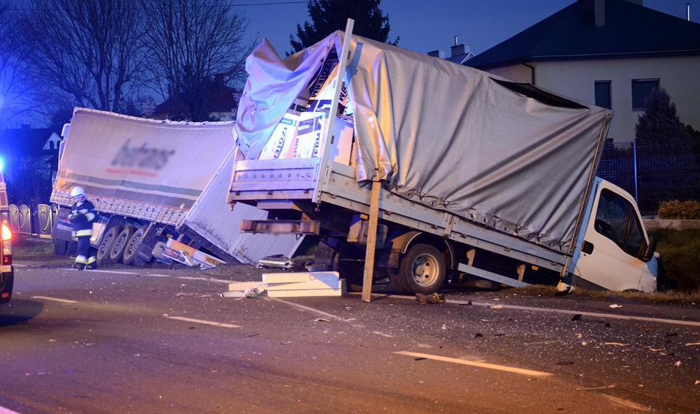Widełka. Zablokowana droga krajowa nr 9. Wypadek z udziałem ciężarówki i samochodu dostawczego [ZDJECIA] - Zdjęcie główne