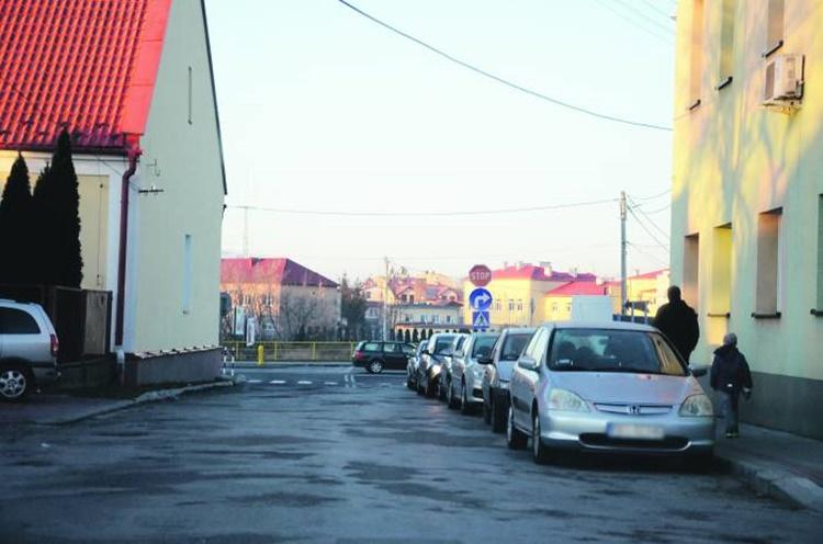 Karkut: Budowa parkingu na działce przy rondzie budzi duże kontrowersje i jest kosztowna - Zdjęcie główne