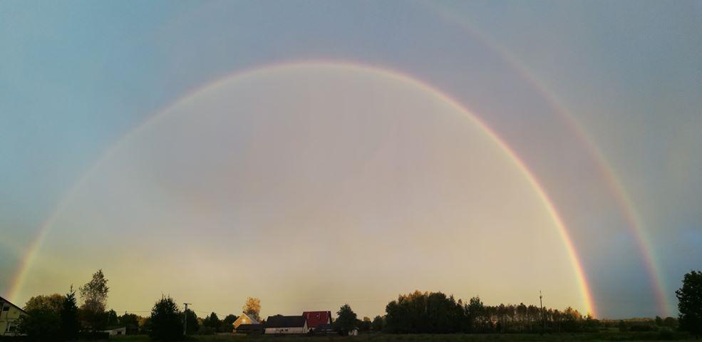 Powiat kolbuszowski. Nasi Czytelnicy przesyłają zdjęcia pięknych tęcz widocznych na niebie [ZDJĘCIA] - Zdjęcie główne