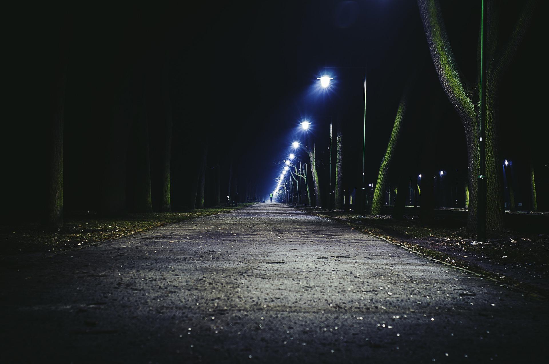 Jaśniej na drodze do cmentarza w Mechowcu  - Zdjęcie główne