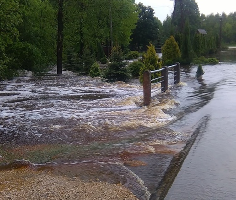 Poręby Dymarskie. Rzeka obok kościoła wylała. Droga jest nieprzejezdna [ZDJĘCIA WIDEO] - Zdjęcie główne
