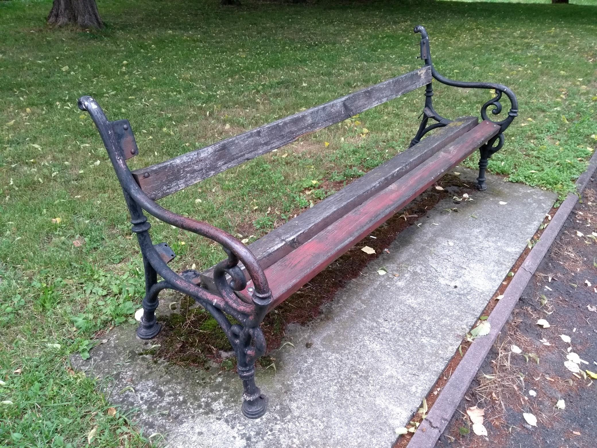 Żadna z ławeczek znajdujących się w parku w Kolbuszowej nie jest sprawna. W sprawie interweniuje nasz Czytelnik  - Zdjęcie główne