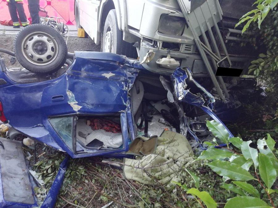 Z PODKARPACIA. Zmiażdżone auto pod kołami ciężarówki  - Zdjęcie główne