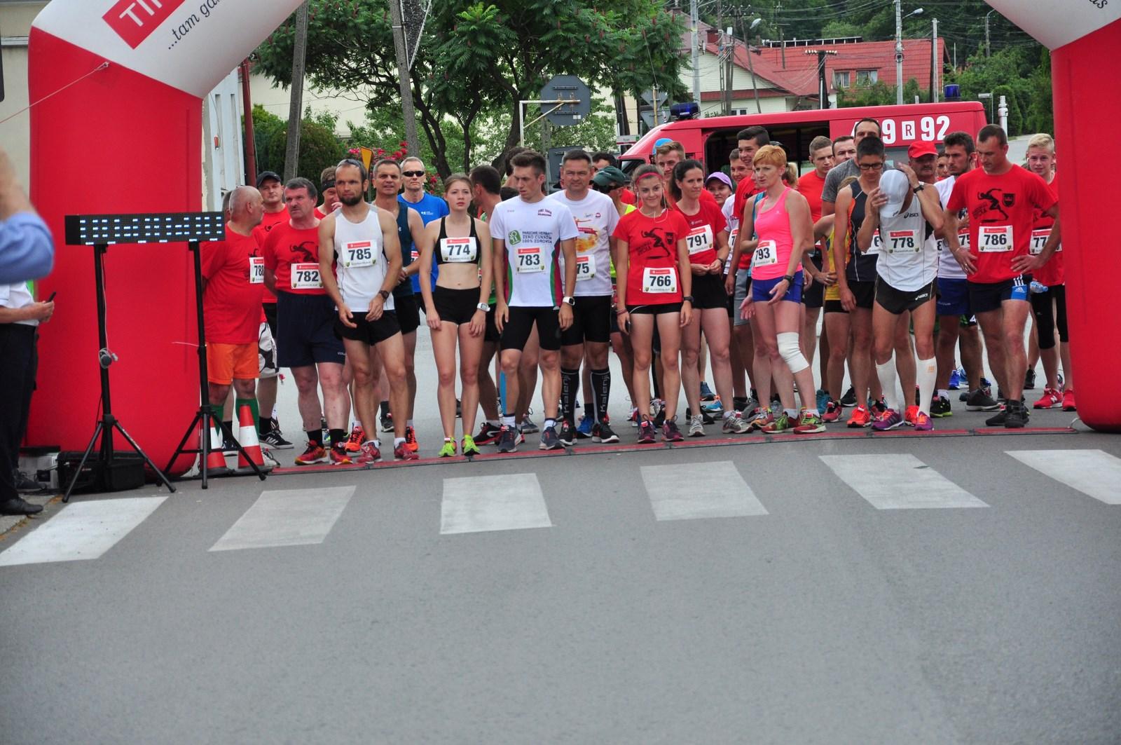 Raniżów. 49 osób wystartowało w biegu na 10 km podczas Dni Raniżowa. Uczestnicy biegu pomogli w ten sposób 11-letniej dziewczynce, która walczy o sprawność  - Zdjęcie główne