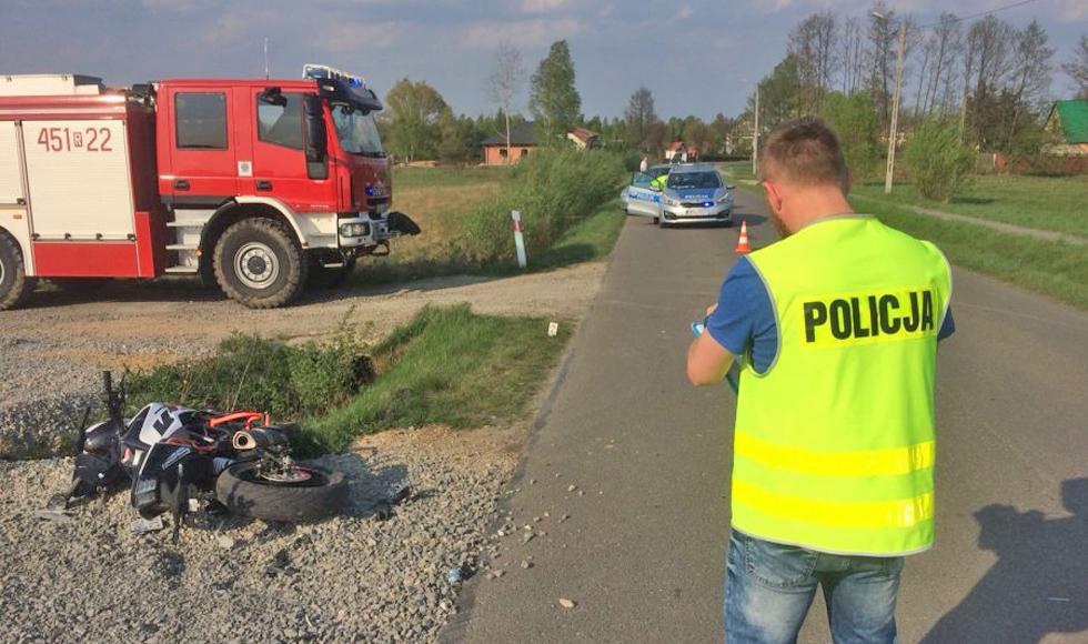15-letni motocyklista zderzył się z kultywatorem. Chłopca zabrano śmigłowcem do szpitala  - Zdjęcie główne
