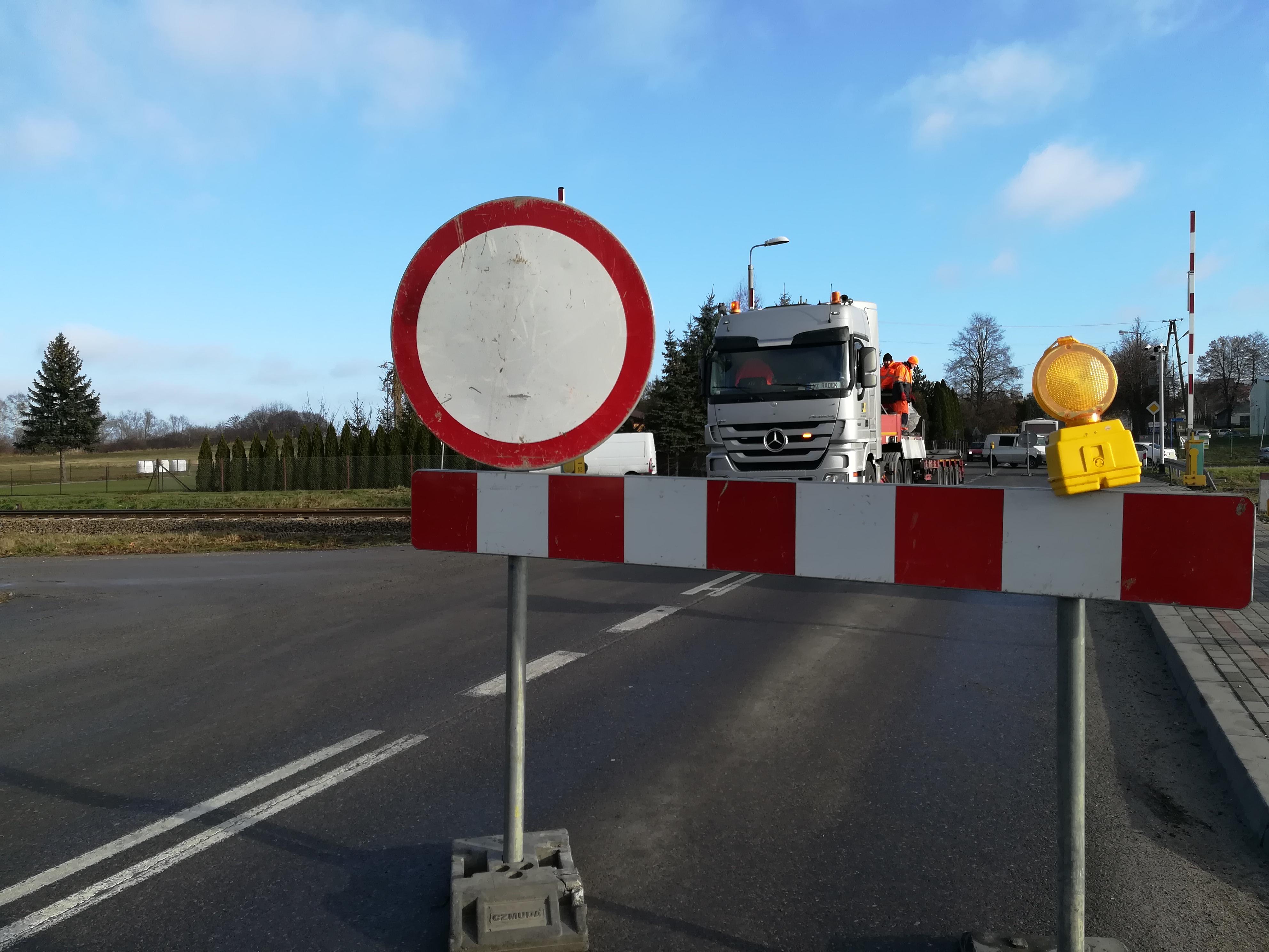 Droga na Sokołów Młp. zamknięta. Kierowcy skarżą się na lokalny objazd przez Zarębki   ZDJĘCIA   WIDEO   - Zdjęcie główne