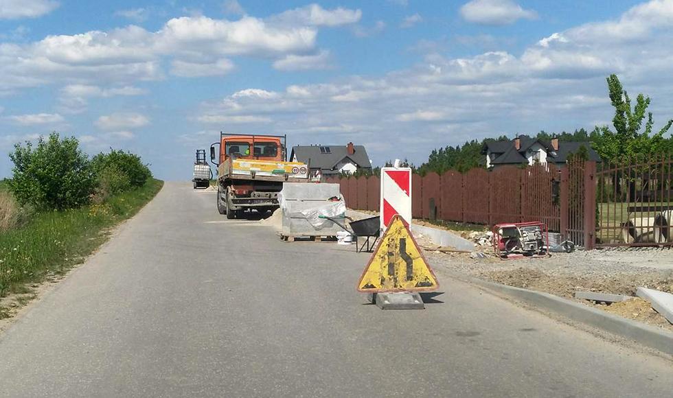 Drogowców i ekipy budowlane można spotkać w różnych zakątkach gminy Cmolas - Zdjęcie główne