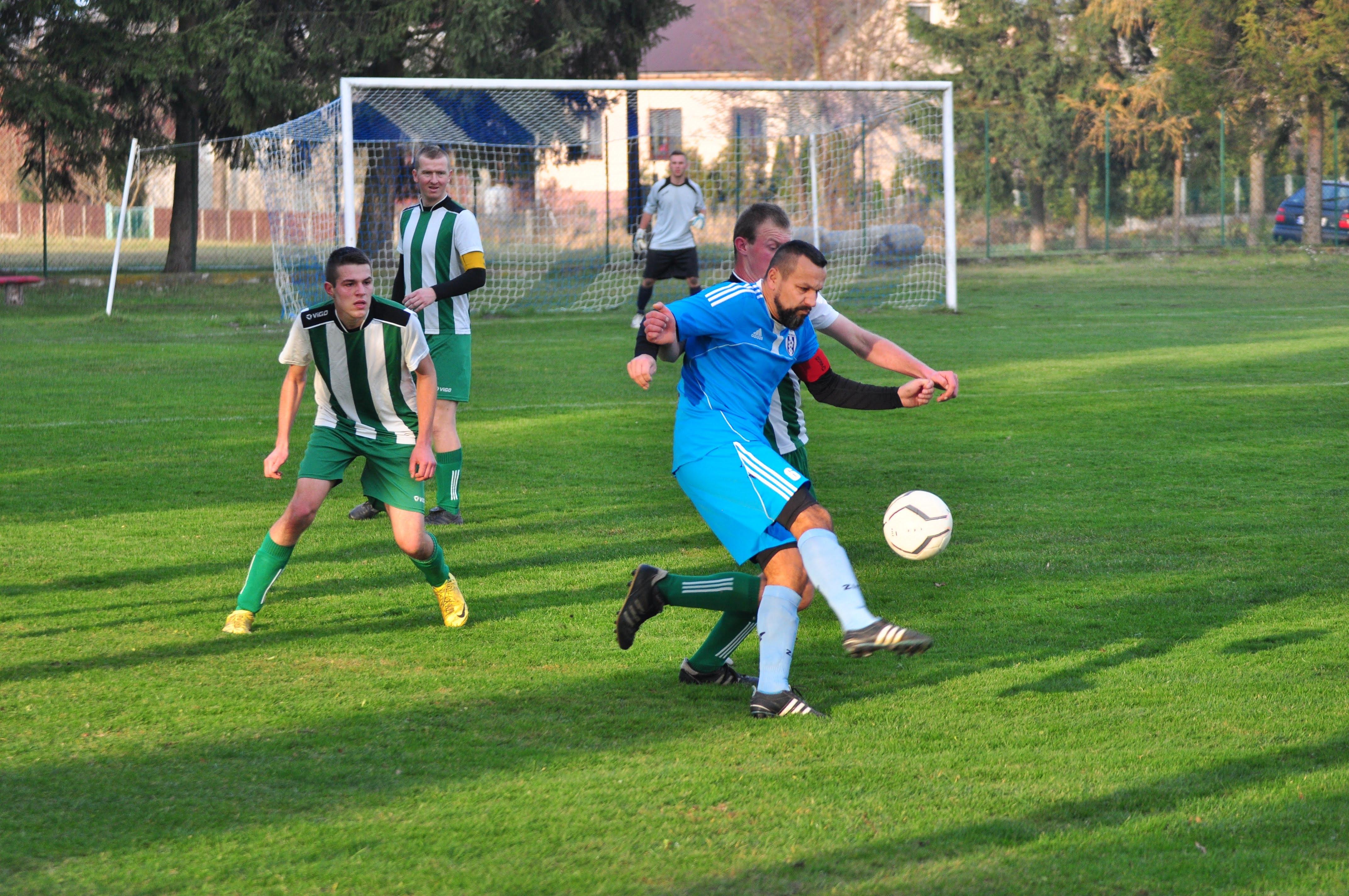 Zawodnicy Tempa Cmolas przegrali wyjazdowy mecz z Dromaderem Chrzastów aż 1:12. Ważne punkty straciła Trześń - Zdjęcie główne