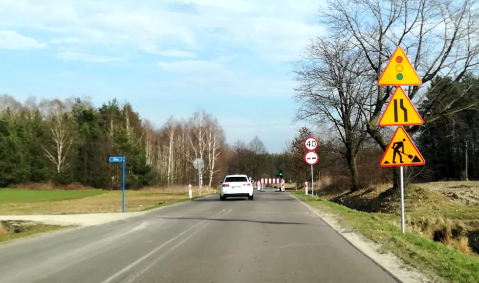Światła na drodze wojewódzkiej w Dzikowcu. Ruszyła przebudowa traktu w kierunku Sokołowa Małopolskiego  - Zdjęcie główne