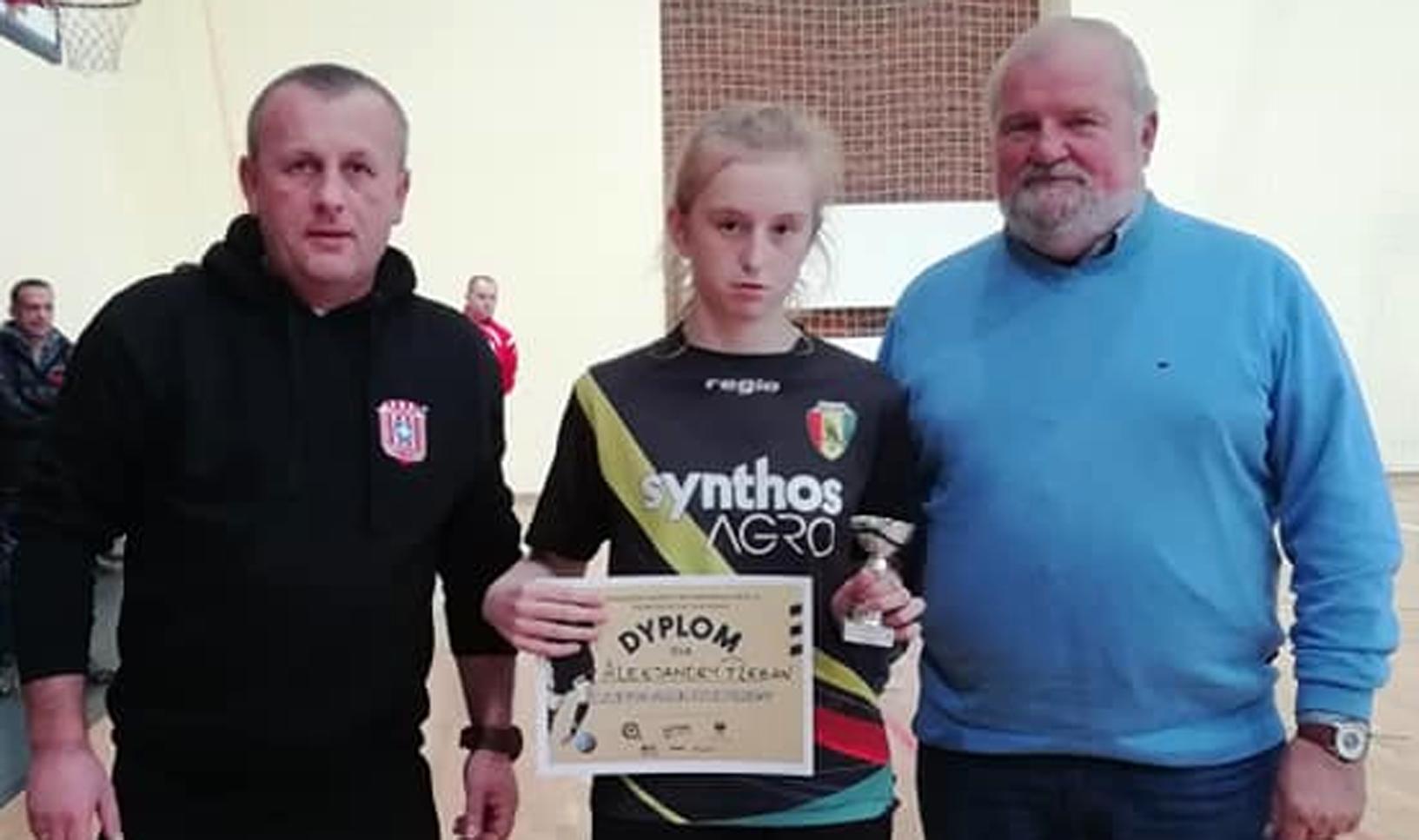 Młode piłkarki Sokoła Kolbuszowa Dolna wywalczyły trzecie miejsce w rozegranym w Tyczynie I Turnieju Halowych Mistrzostw Podkarpacia do 16 lat. - Zdjęcie główne