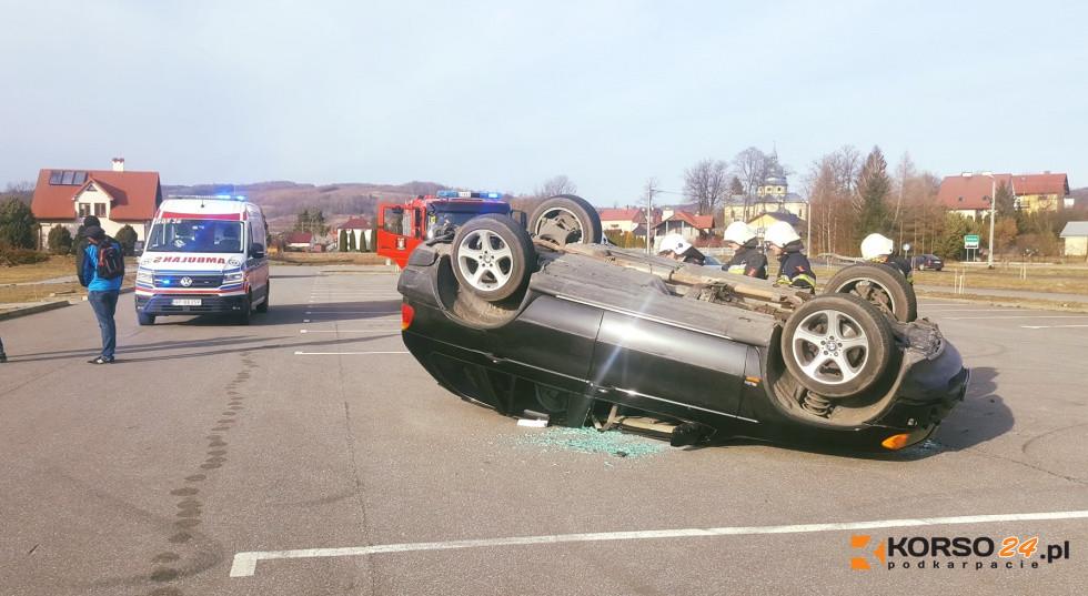 """Z PODKARPACIA. BMW dachowało po kręceniu """"bączków"""" - Zdjęcie główne"""