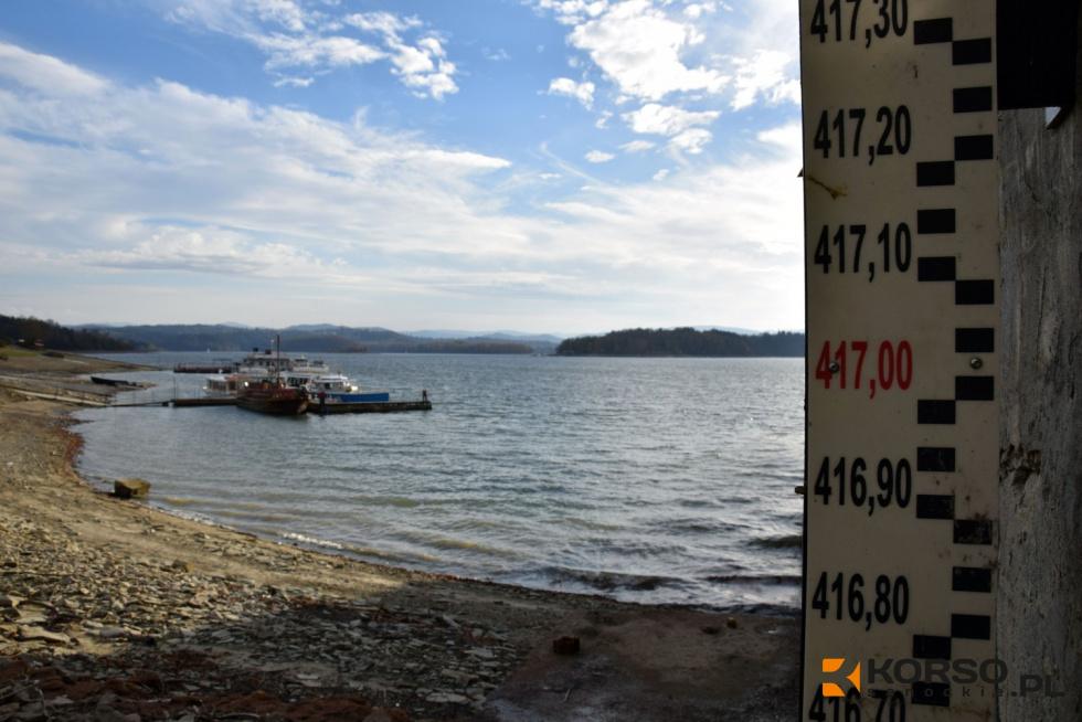 """Z PODKARPACIA. Wody w Jeziorze Solińskim nadal ubywa, a brzegi """"bieszczadzkiego morza"""" cofnęły się już o kilkanaście metrów   ZDJĘCIA   - Zdjęcie główne"""