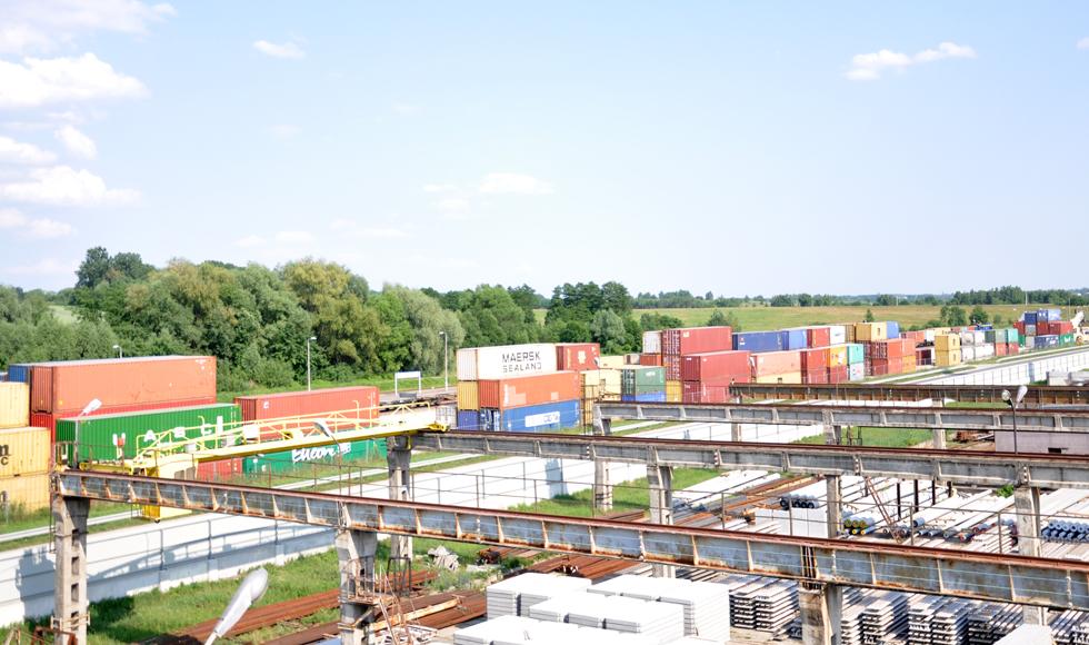 Kolbuszowa. Kurz i i hałas z terminalu przeładunkowego przy stacji PKP nie daje żyć mieszkańcom bloku przy ul. Kolejowej  - Zdjęcie główne