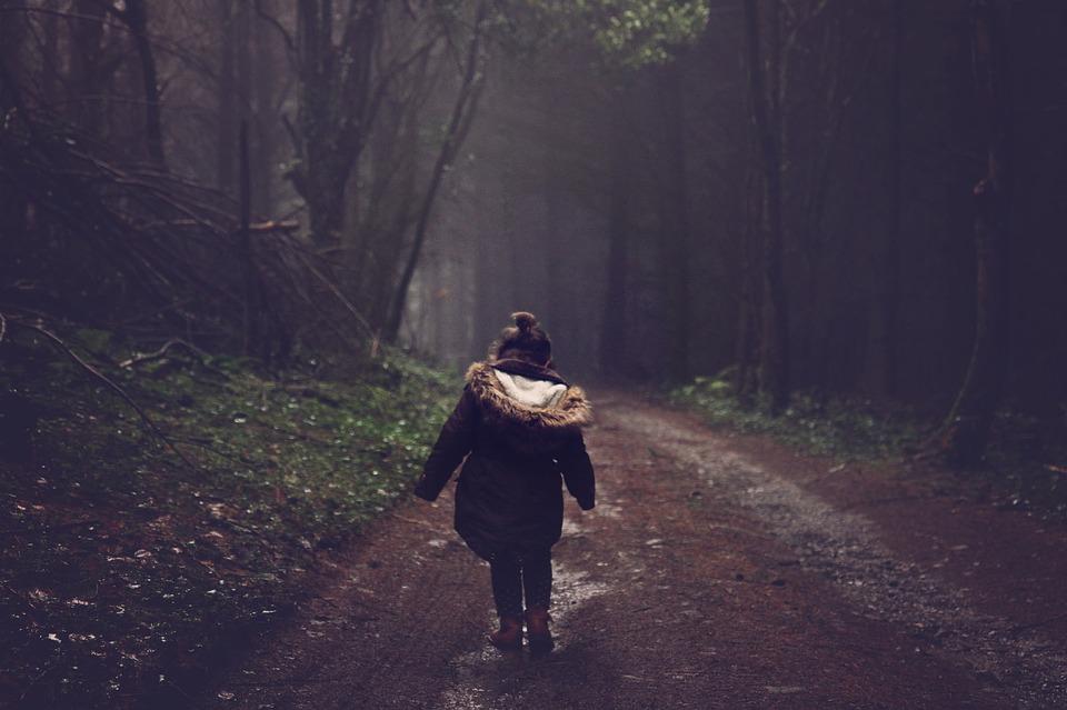 Z PODKARPACIA. Pięcioletnia dziewczynka zgubiła się na cmentarzu  - Zdjęcie główne