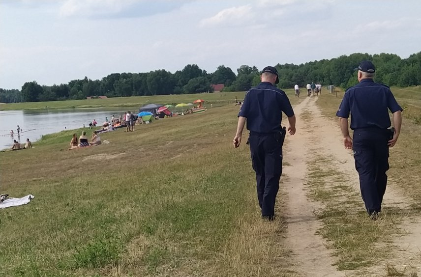 Policja z Kolbuszowej nad zalewem w Wilczej Woli [ZDJĘCIA] - Zdjęcie główne
