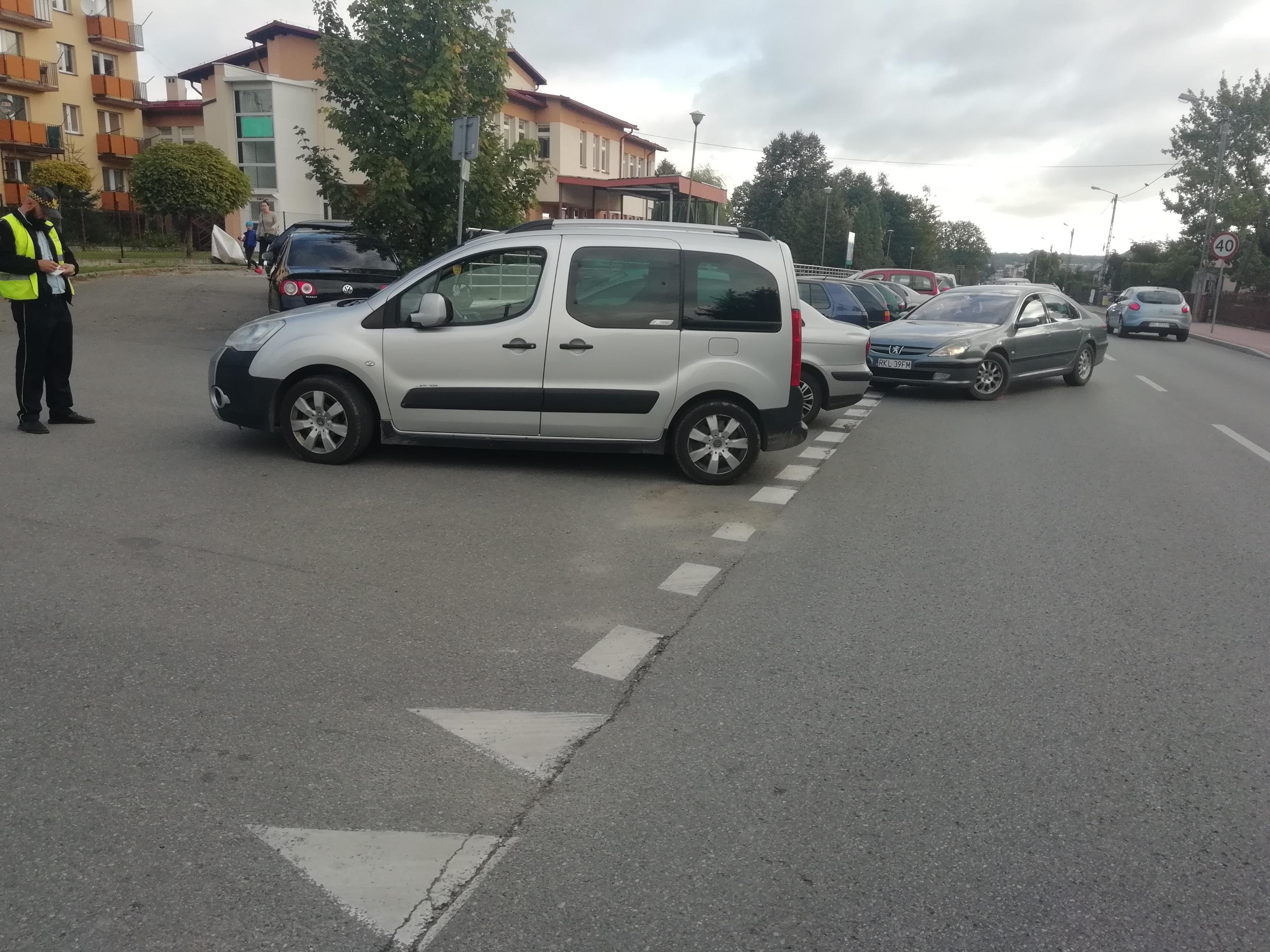 Gmina Kolbuszowa. Czytelnik skarży się, że pacjenci ośrodka zdrowia parkują pod blokiem, w którym mieszka  - Zdjęcie główne