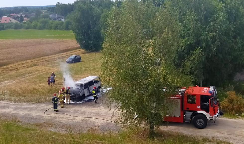 Kombajn i bus w ogniu. Interweniowali strażacy [FOTO] - Zdjęcie główne