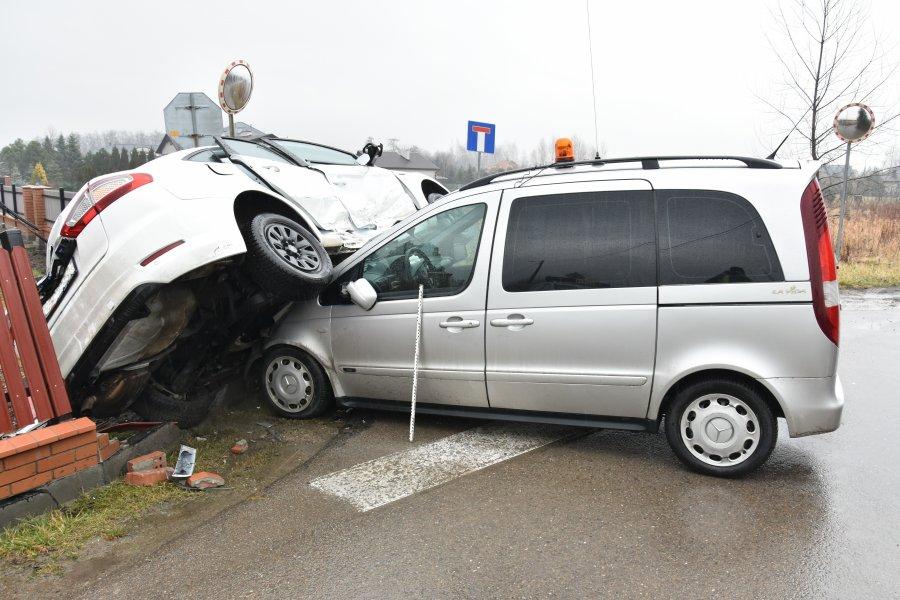 Z PODKARPACIA. Kierowca był uwięziony w samochodzie [FOTO] - Zdjęcie główne