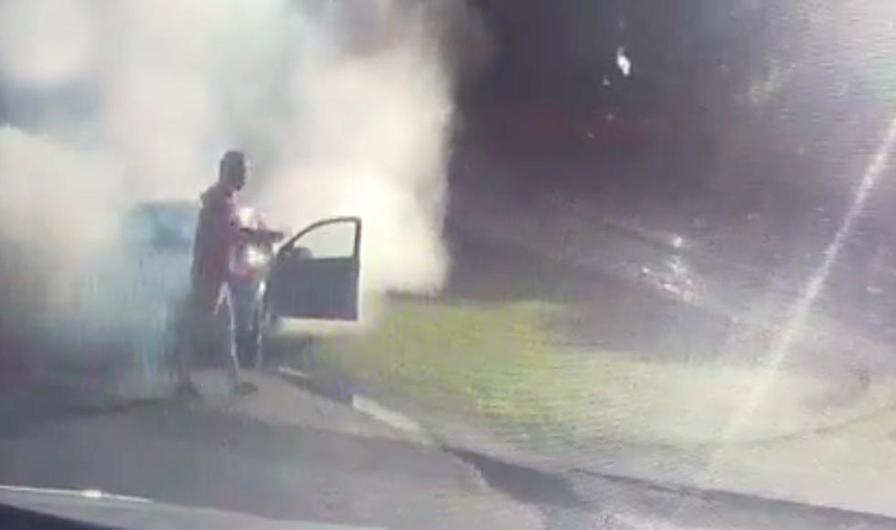 Gmina Cmolas. Z samochodu wydobywały się kłęby dymu. Kierowca ruszył na pomoc  - Zdjęcie główne