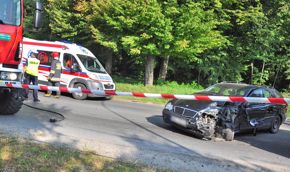 Werynia. Osobówka zderzyła się z ciężarówką. Kierowcę mercedesa zabrała karetka [ZDJĘCIA] - Zdjęcie główne