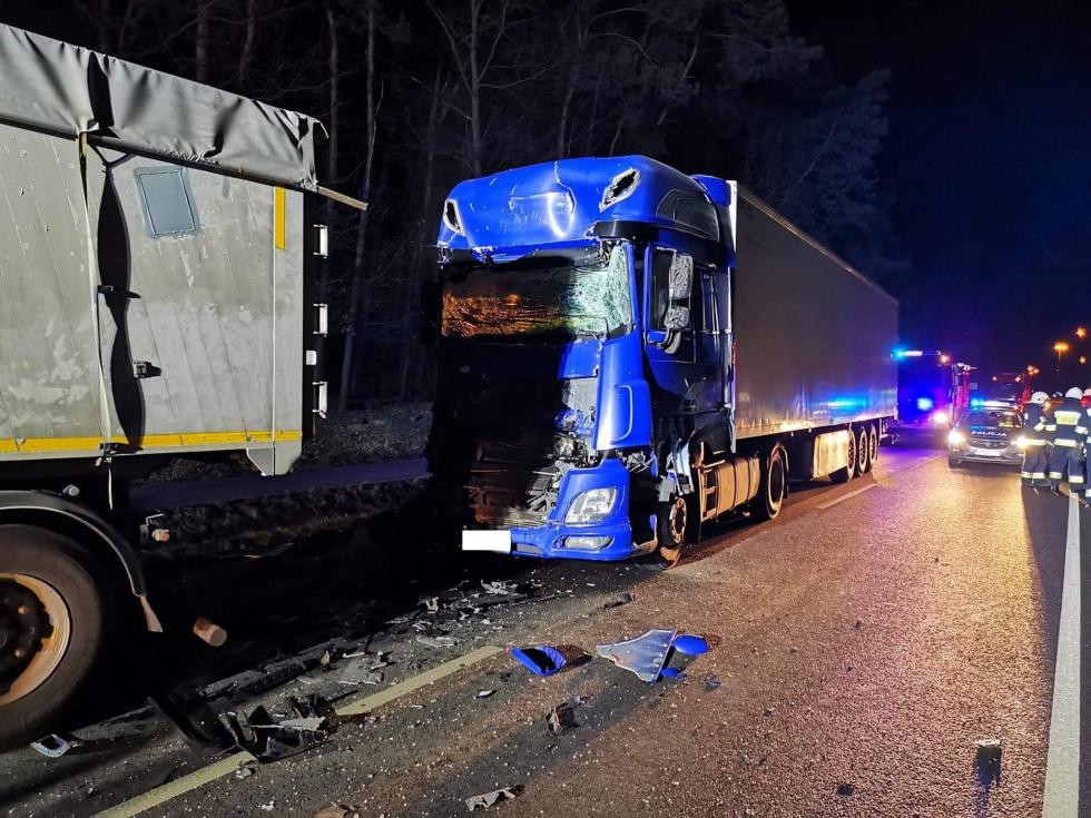 Z PODKARPACIA. Zatrzymał się na poboczu - wjechała w niego ciężarówka [FOTO] - Zdjęcie główne