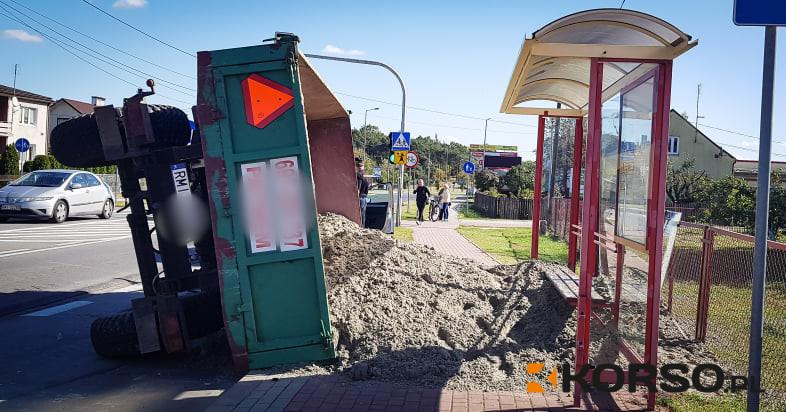 Z REGIONU. Traktor z przyczepą piasku przewrócił się na przystanek  - Zdjęcie główne