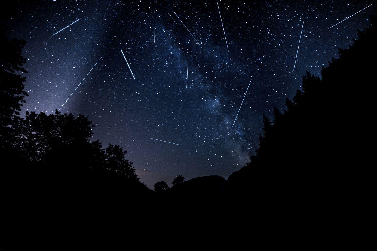 """Deszcz meteorów dzisiaj na niebie. Jak obejrzeć """"spadające gwiazdy""""? - Zdjęcie główne"""