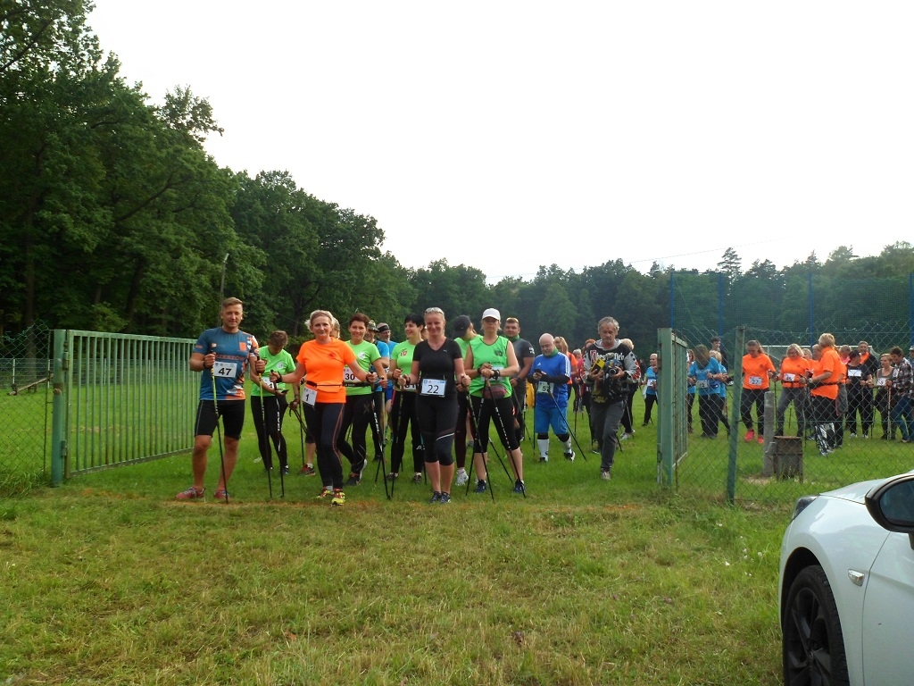 Kolbuszowski Klub Nordic Walking na spotkaniu treningowym - Zdjęcie główne