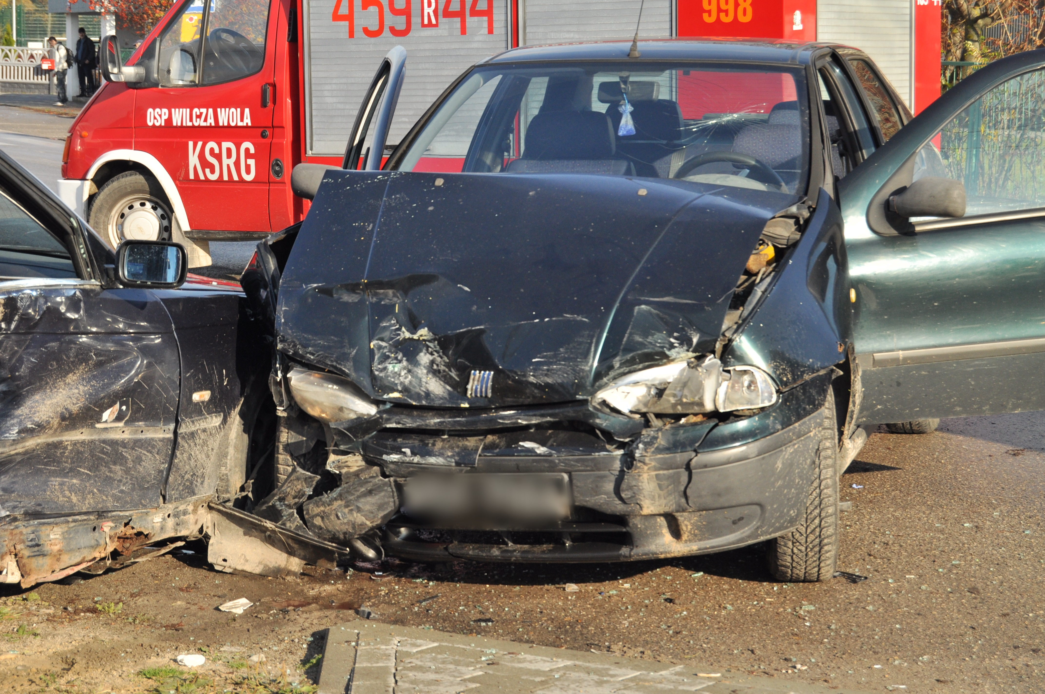 Stłuczka w Wilczej Woli na skrzyżowaniu. W zdarzeniu udział brał kierowca bmw oraz kierowca fiata [ZDJĘCIA] - Zdjęcie główne