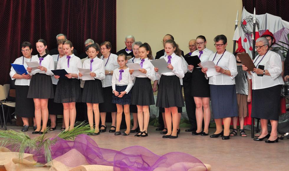 Seniorzy i młodzi mieszkańcy Dzikowca, wystąpili na deskach Samorządowego Centrum Kultury [GALERIA ZDJĘĆ] - Zdjęcie główne