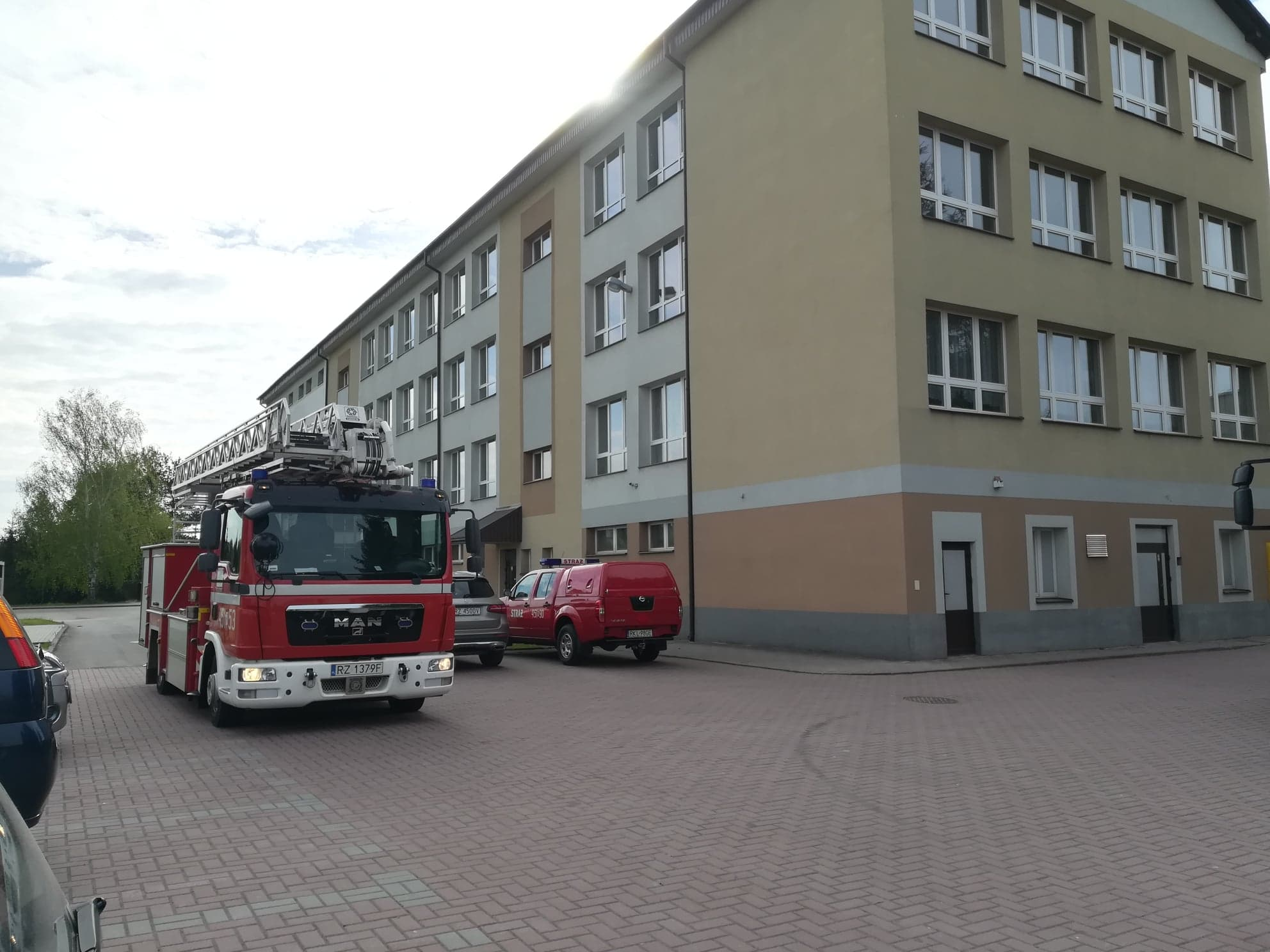 Alarm bombowy w dwóch placówkach na terenie gminy Kolbuszowa [ZDJĘCIA] - Zdjęcie główne