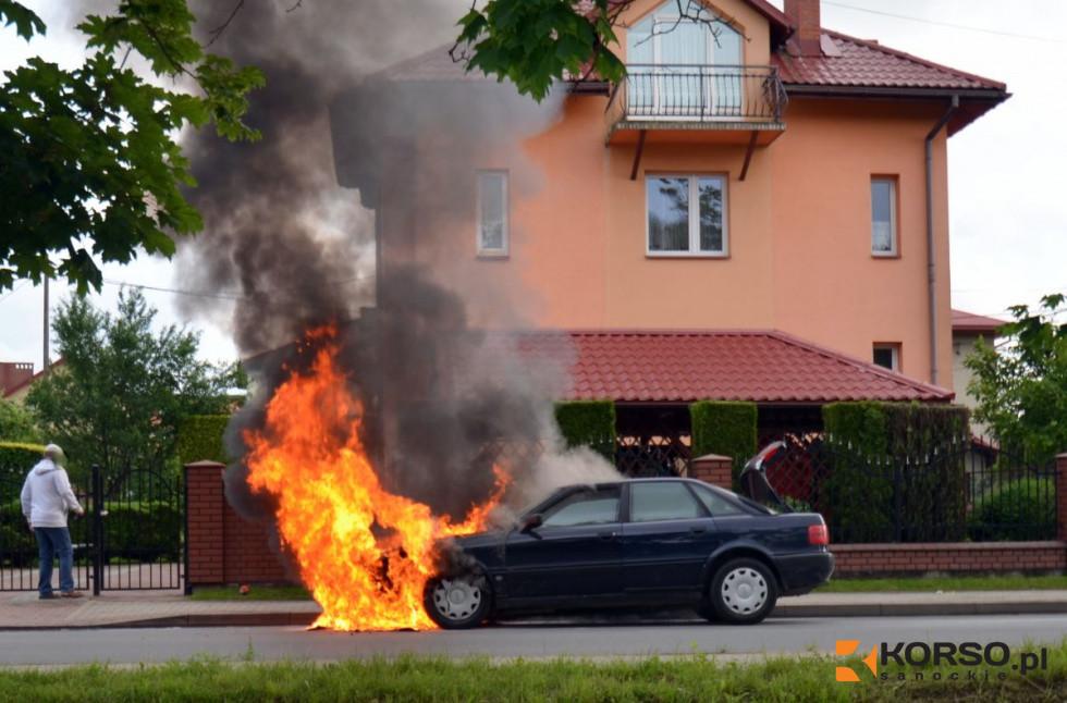 Podkarpacie. Auto w płomieniach na środku ulicy  - Zdjęcie główne