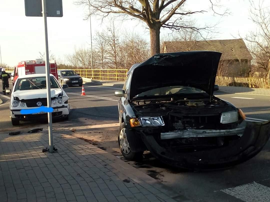 """Kolizja dwóch aut na krajowej """"dziewiątce"""" w Majdanie Królewskim - Zdjęcie główne"""