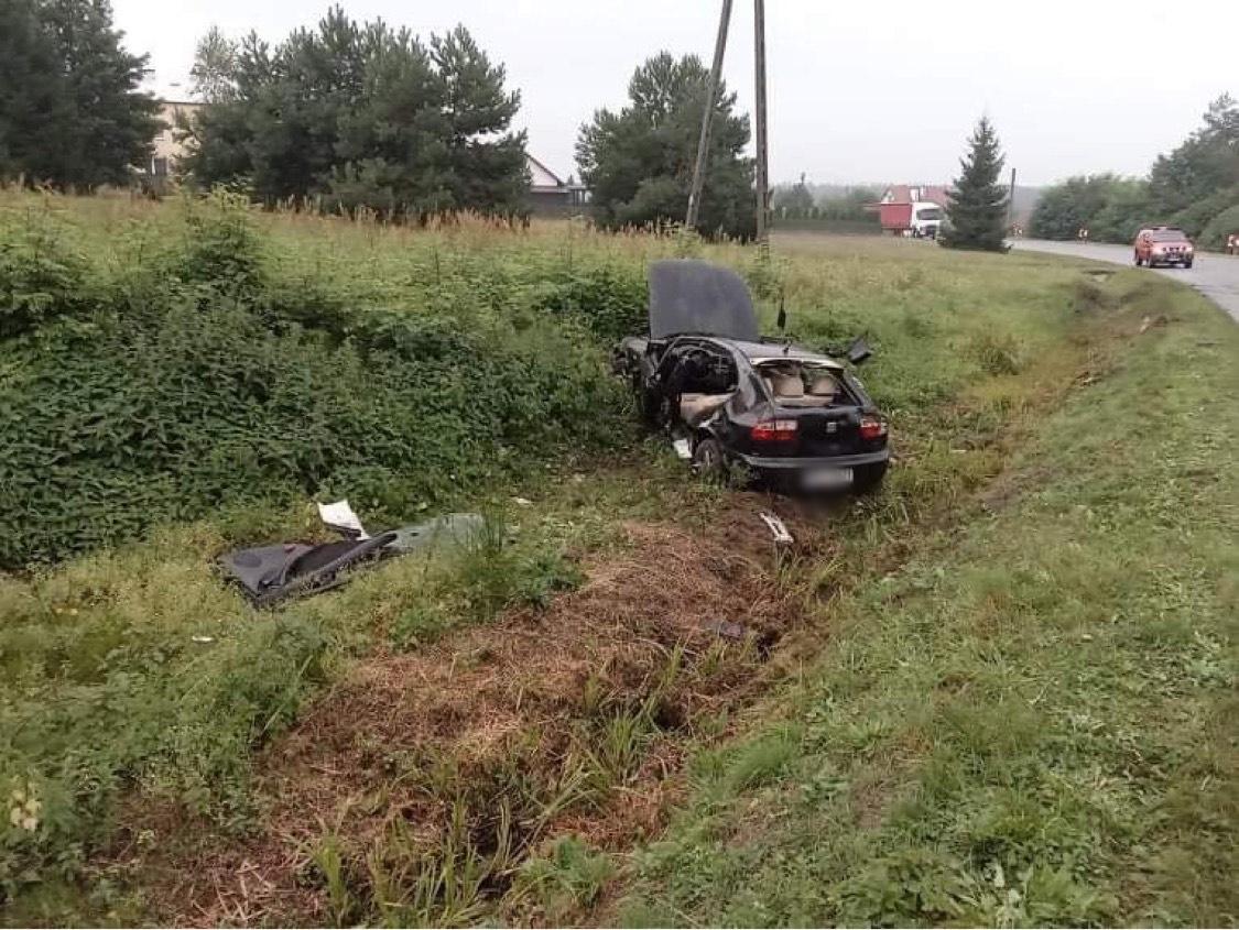 Dachowanie w Przyłęku. Poszkodowany wycinany z samochodu - Zdjęcie główne