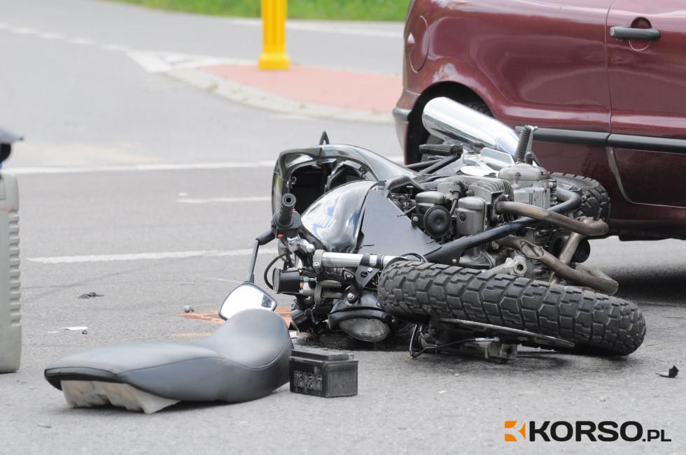 Z regionu. Zderzenie motocykla z osobówką. Jedna osoba w szpitalu [FOTO] - Zdjęcie główne