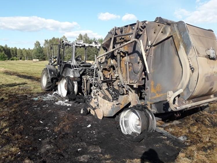 W Mazurach spłonął traktor z prasą [ZDJĘCIE] - Zdjęcie główne