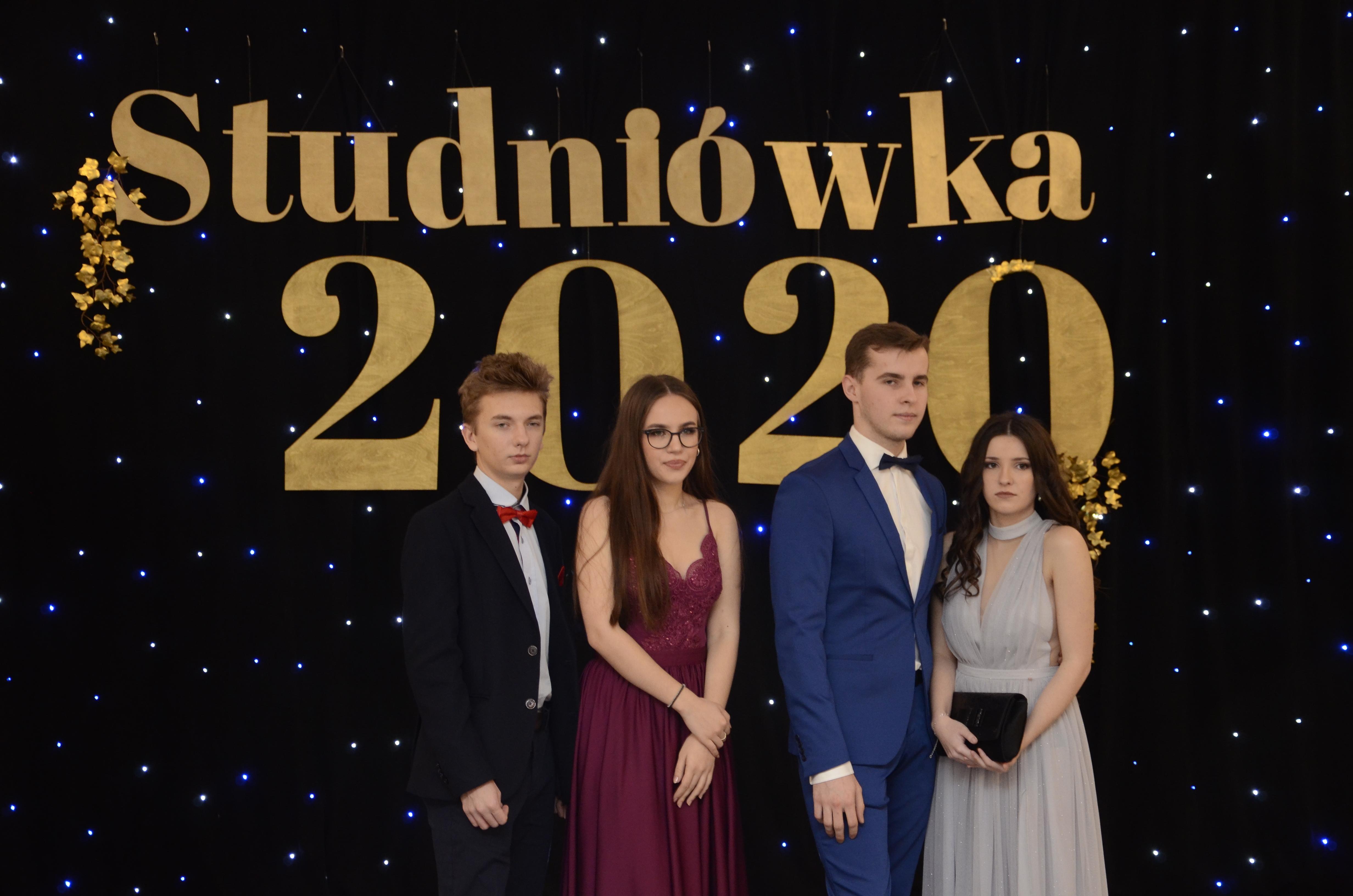 Studniówka Liceum Ogólnokształcącego w Kolbuszowej 2020. Zobacz zdjęcia.  - Zdjęcie główne