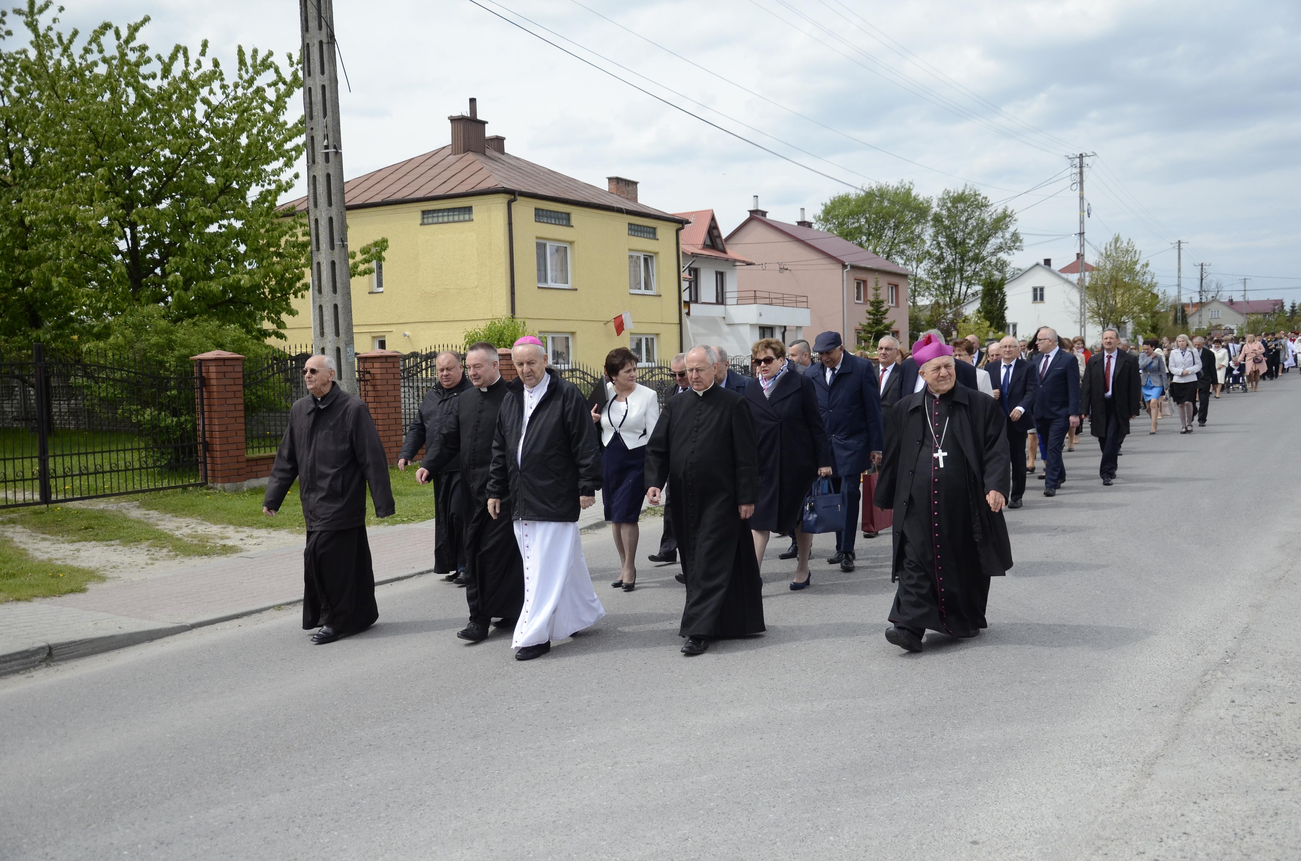 Szkoła podstawowa w Woli Raniżowskiej, od wczoraj, nosi imię biskupa Jana Ozgi [ZDJĘCIA] - Zdjęcie główne