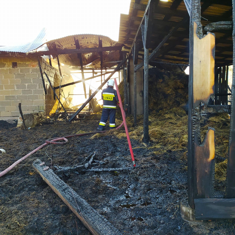 Ogromny pożar stodoły. Straż walczy z ogniem już od ponad godziny [ZDJĘCIA - WIDEO] - Zdjęcie główne