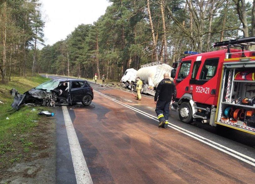 Podkarpacie: Czołowe zderzenie ciężarówki z osobówką  - Zdjęcie główne
